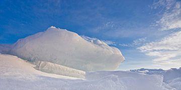 Een ijsschots, een bult blauw-roze tegen een blauwe lucht steekt omhoog op het Baikalmeer van Michael Semenov