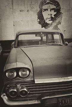 Oldtimer auto in de straten van Havana, Cuba  met Che Guevara op de achtergrond. sur Original Mostert Photography