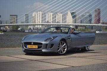 Jaguar F-Type bij de Erasmusbrug in Rotterdam von Liam Gabel
