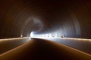 Endloser Tunnel mit Kurve und Beleuchtung
