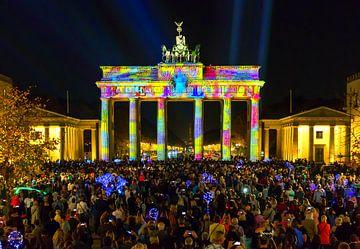 Berlin, la Porte de Brandebourg sous une lumière particulière et la Pariser Platz bondée sur Frank Herrmann