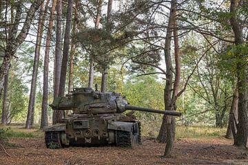Verlaten militaire tank in het bos van