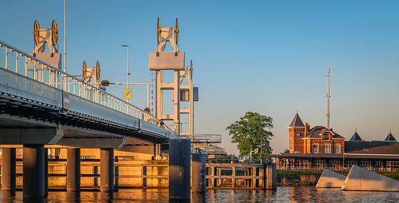 Stadsbrug en station van Kampen in een gouden gloed