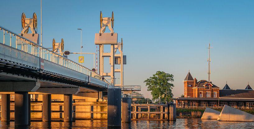 Stadsbrug en station van Kampen in een gouden gloed van Gerrit Veldman