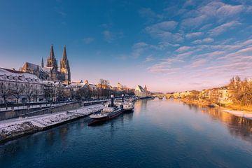 Skyline van Regensburg met kathedraal en stenen brug in gouden ochtendlicht in winter met sneeuw van Robert Ruidl