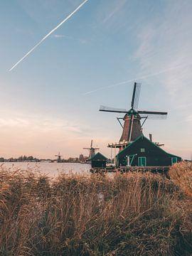 Drie Hollandse windmolens in Zaanse Schans tijdens het Golden Hour van Michiel Dros