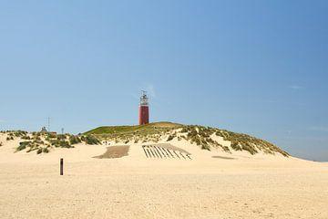 Vuurtoren Texel met schelpenstrand van Ad Jekel