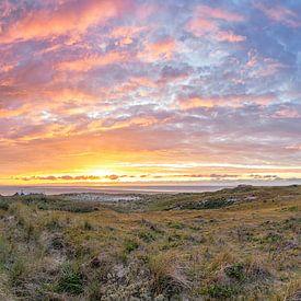 Texel Leuchtturm bei Sonnenuntergang. von Justin Sinner Pictures ( Fotograaf op Texel)