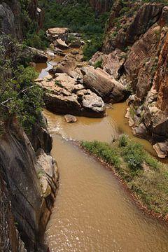 De blide rivier waar rotsen naar beneden vallen von Kim van der Lee
