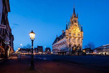 Rathaus Gouda kurz nach Sonnenuntergang von Marijn Alons