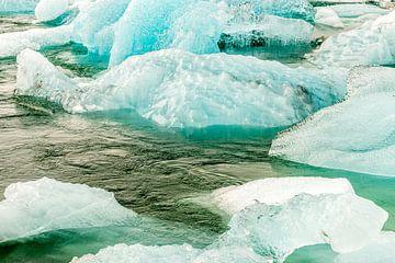 IJsschotsen met verschillende ijsstructuren in een rivier in IJsland van Hein Fleuren