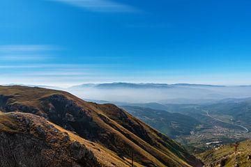 Bergpanorama met mist op de achtergrond van Gea Gaetani d'Aragona