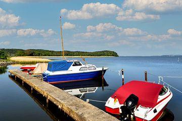 Fischerboote am Bootssteg in Lietzow von GH Foto & Artdesign