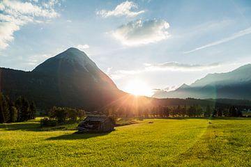 Zonsondergang achter de bergen in Seefeld, Tirol. van