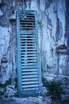 Jalousietür in einem verlassenen Hotel von Karel Ham