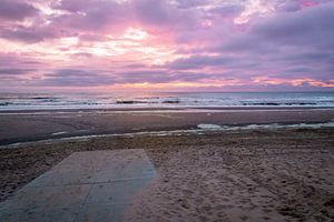 Strandafgang met zonsondergang