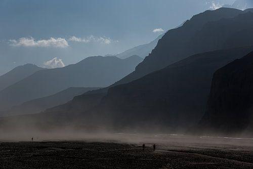 Wandelen door een rivierbedding in de Himalaya | Nepal