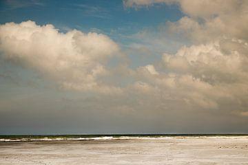 Noordzee met blauwe lucht van Karijn | Fine art Natuur en Reis Fotografie