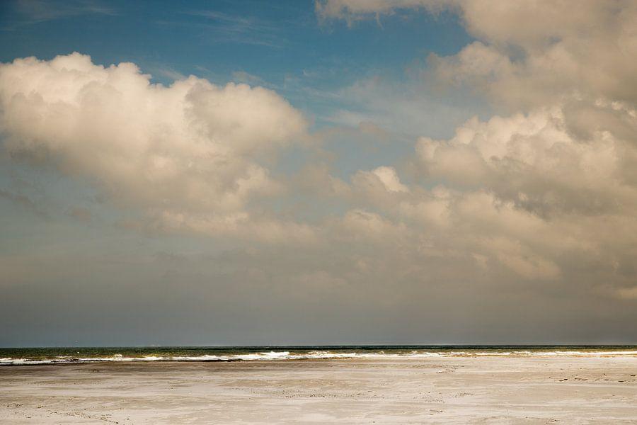Noordzee met blauwe lucht