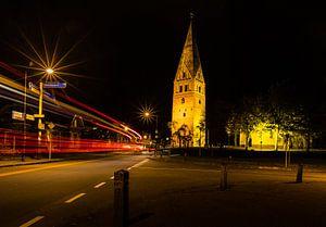 Verlichte Juffertoren met kerk in Schildwolde