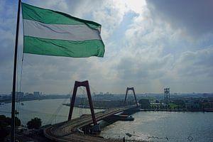 Willemsbrug met Rotterdamse vlag van Michel van Kooten
