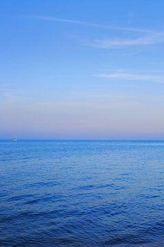 Een zeilboot op de brede zee
