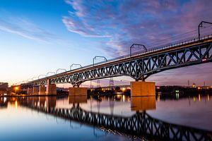 Treinbrug visé bij de Maas rivier - zonsondergang met spiegeling blauwe lucht bij spoorbrug van Dorus Marchal