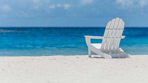 Strandstoel op tropisch strand