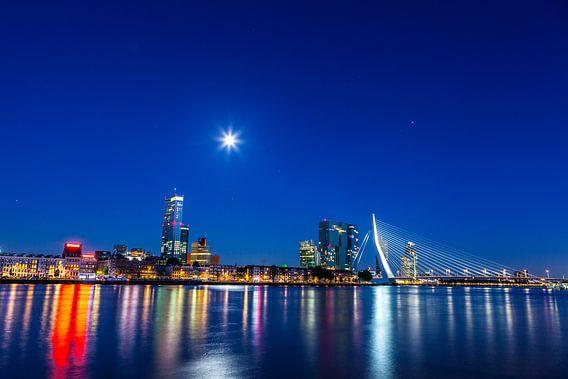 Skyline van Rotterdam aan de nieuwe Maas en Erasmusbrug bij nacht