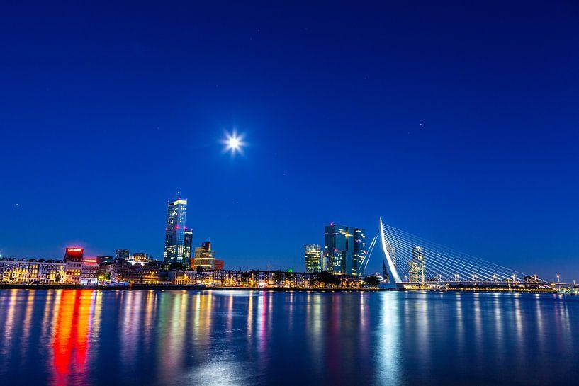 Skyline van Rotterdam aan de nieuwe Maas en Erasmusbrug bij nacht van Sander Hupkes