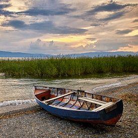 Vissersboot op het strand van het meer van Ohrid (landscape) van Cor de Hamer