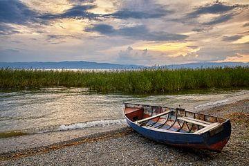Vissersboot op het strand van het meer van Ohrid (landscape)