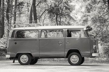 Volkswagen Transporter T2 Transporter in einem Wald in schwarz-weiß von Sjoerd van der Wal