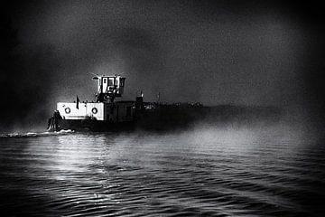 Binnenschifffahrtskahn (Kahn) in der Morgendämmerung im Nebel, in schwarz und weiß von John Quendag