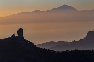 Close up van Roque Nublo en de vulkaan El Teide