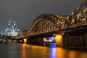 Hohenzollernbrücke Keulen met in de verte de enige echte Dom, vanuit een lager oogpunt! van Jeroen Somers