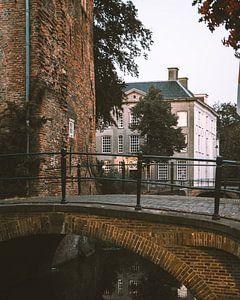 Brücke in der Dämmerung in den Mauerhäusern von Amersfoort