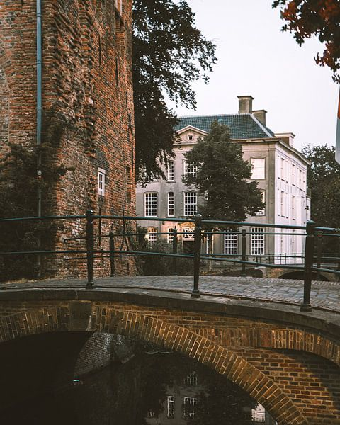 Brücke in der Dämmerung in den Mauerhäusern von Amersfoort von Michiel Dros