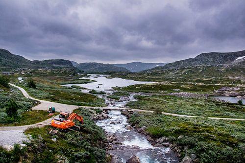 Noorwegen woest wild landschap met graafwagen van