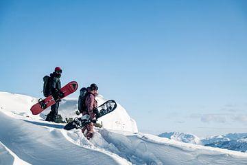 Des snowboarders hors piste dans la neige profonde des Alpes autrichiennes sur Hidde Hageman