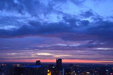 Gekleurde Wolken boven Rotterdam Centrum von Marcel van Duinen