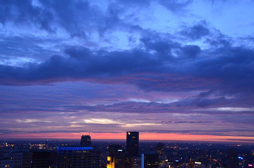 Gekleurde Wolken boven Rotterdam Centrum van Marcel van Duinen
