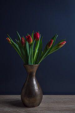 Stilleben von roten Tulpen in einer Bronze-Vase von John van de Gazelle