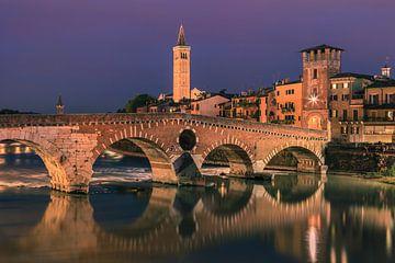 Een avond bij de Ponte Pietra Brug in Verona, Italië van Henk Meijer Photography