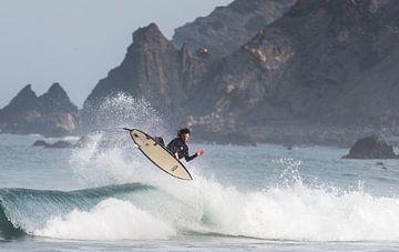Surfer die met klifachtergrond vliegt met een klif van massimo pardini