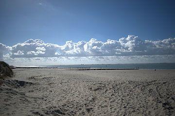 een rij wolken boven het strand en de zee van Mariska Wondergem