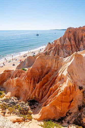 Rode Kliffen lamgs het Strand: Algarve, Portugal