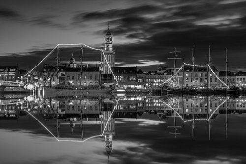 Stadsfront Kampen met Nieuwe Toren in zwart wit