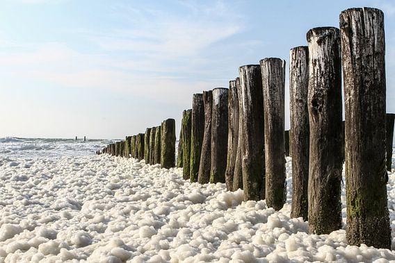 Zeezicht met schuim op golven van Erik Wouters