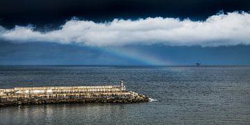Der Pier von Bermeo und ein kleiner Regenbogen über dem Golf von Biskaya. von Harrie Muis